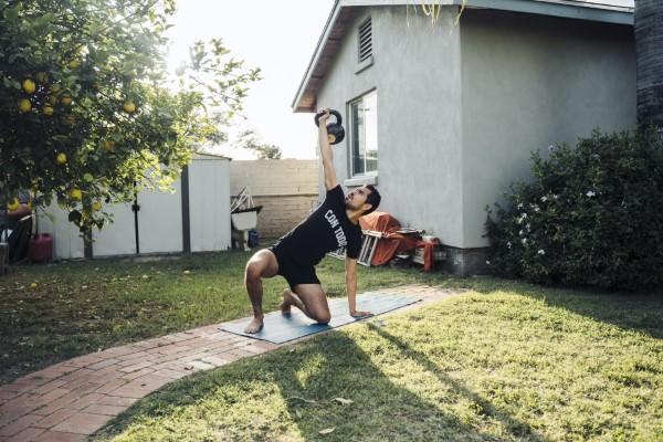 Οι ασκήσεις Kettlebell στο σπίτι - ταιριάζουν παρά την άσκηση Corona tgu turkish up up
