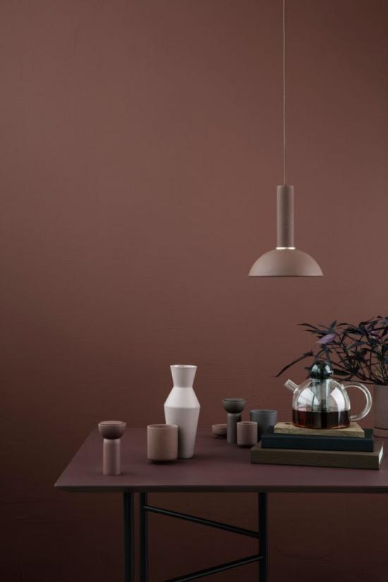 Mehr Farbe ins Interieur bringen Schokoladenbraun dominiert Wandfarbe Hängelampe kleine Wohnaccessoires