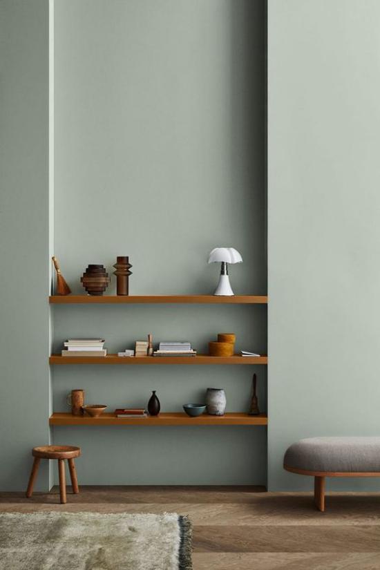 Mehr Farbe ins Interieur bringen Wandfarbe coole Graunuance warmes Holz gute Kombi
