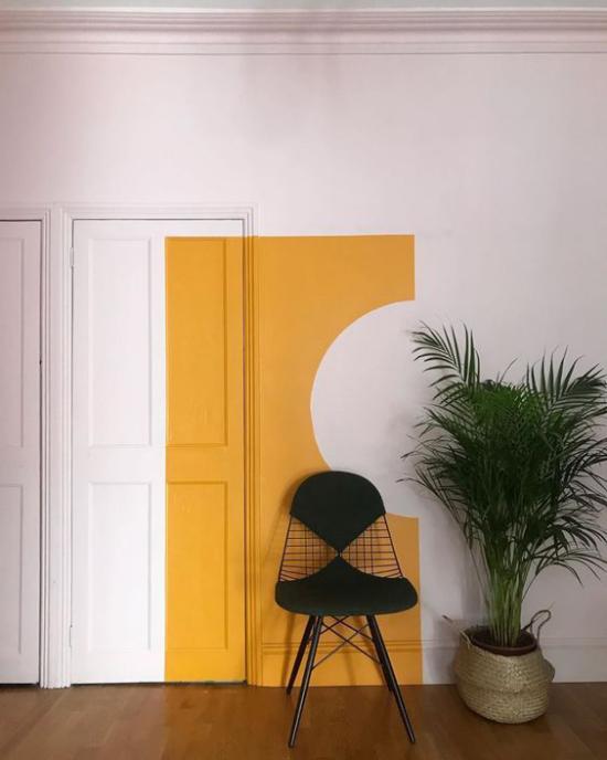 Mehr Farbe ins Interieur bringen Wohnzimmer Akzentwand in leuchtendem Gelb sehr trendy