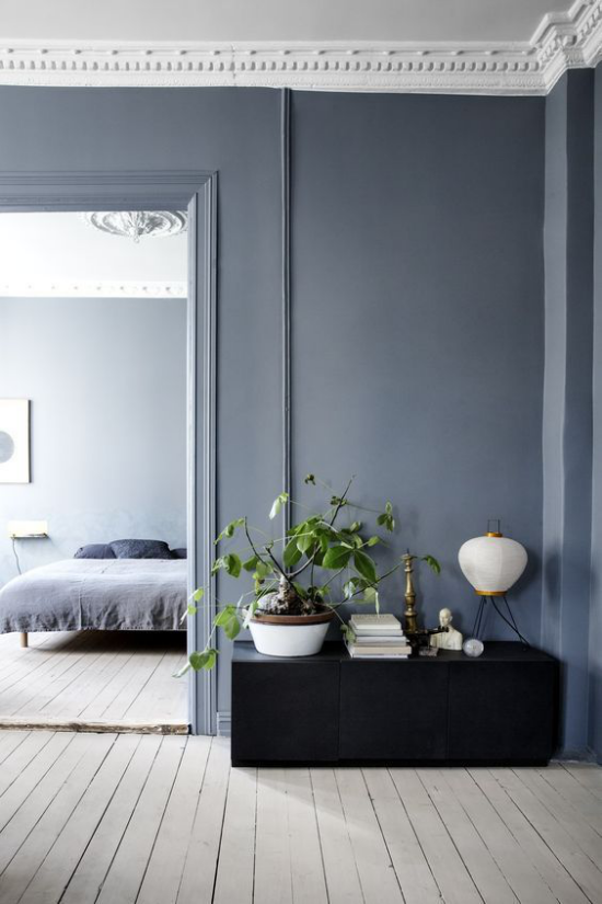Mehr Farbe ins Interieur bringen einheitliches Gestaltungskonzept Schlafzimmer im Hintergrund grauer Holzboden Blau als Wandfarbe dominiert