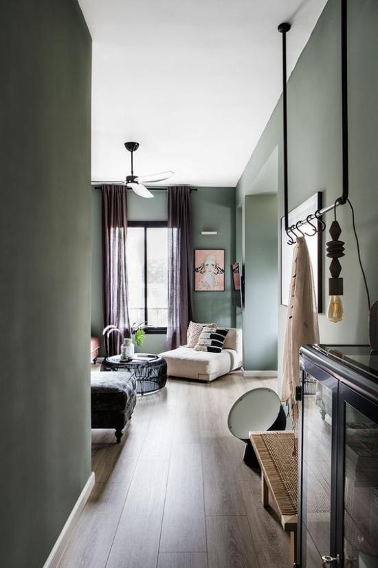 Mehr Farbe ins Interieur bringen graues Interieur Küche Wohnzimmer weißer Sessel als Hingucker vor dem Fenster