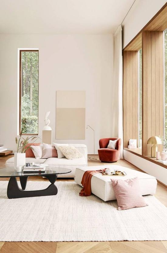 Mehr Farbe ins Interieur bringen helles sonniges Wohnzimmer niedrige Möbel Creme Akzente in Schokobraun