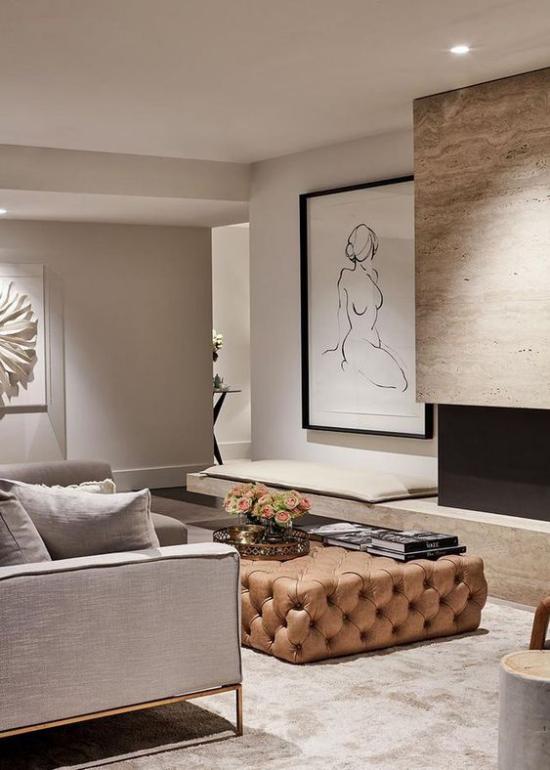 Mehr Farbe ins Interieur bringen minimalistisches Wohnzimmer in Grau Ottomane als Blickfang Wandbild Kamin