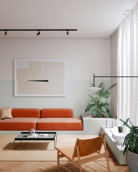 Mehr Farbe ins Interieur bringen orangenfarbenes Sofa helles Ambiente toller Blickfang grüne Zimmerpflanzen
