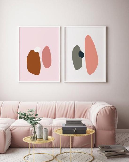 Mehr Farbe ins Interieur bringen rosa Sofa zwei Wandbilder Farbtupfer sehr ansprechende Atmosphäre Wohnzimmer