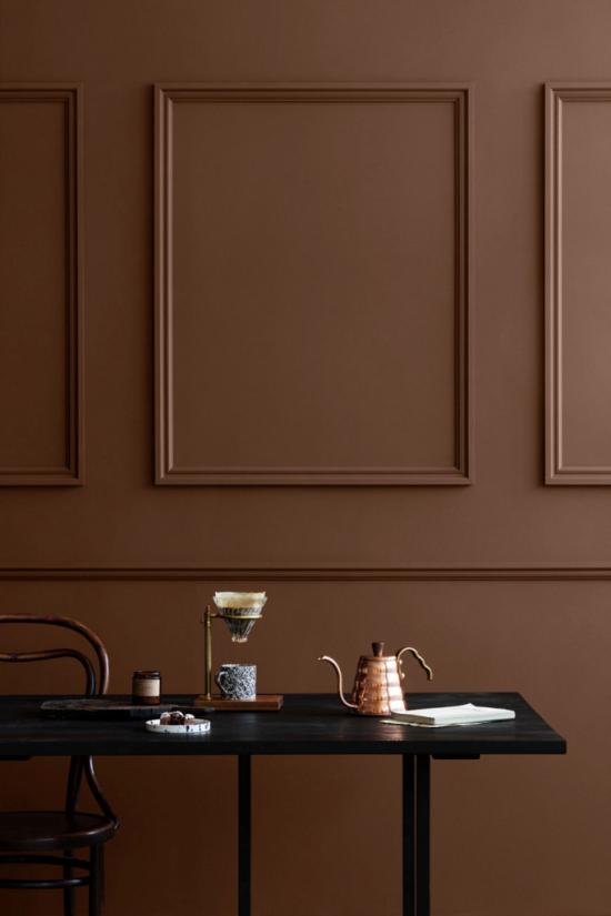 Mehr Farbe ins Interieur bringen warme Braunnuance als Hintergrund kleine Wohnaccessoires kommen zum Vorschein