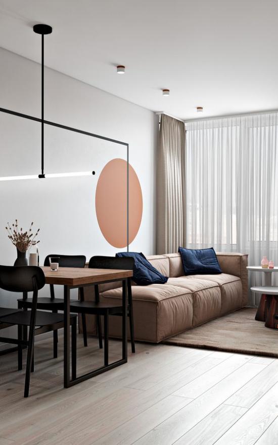 Mehr Farbe ins Interieur schicke Sitzecke im offenen Raum Wandtupfer warmes Orange Sofa in Hellbraun schickes Gestaltungskonzept