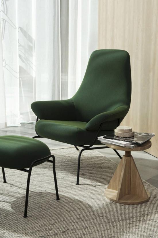 Mehr Farbe ins Interieur schicke helle Raumgestaltung petrolgrüner Sessel als Blickfang