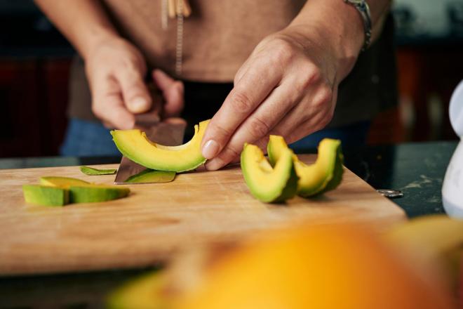 Obst essen gesund abnehmen Avocado enthält gesunde Fette stoppt jede Heißhungerattacke