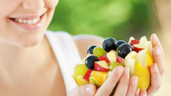 Obst essen gesund abnehmen Fruchtschale lieber morgens essen klein geschnittener Apfel Blaubeeren Trauben