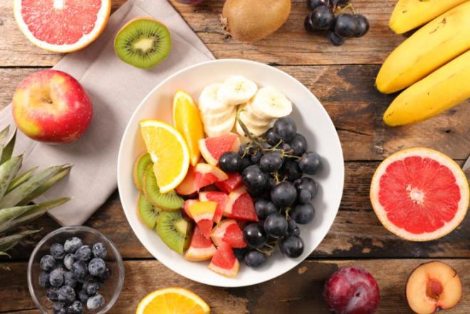 Obst essen gesund abnehmen Obstsalat Orangen Weintrauben Banane Kiwi Apfel Blaubeeren