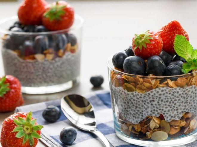 Obst essen gesund abnehmen gesundes Frühstück Früchte Haferflocken Chia Samen im Glas