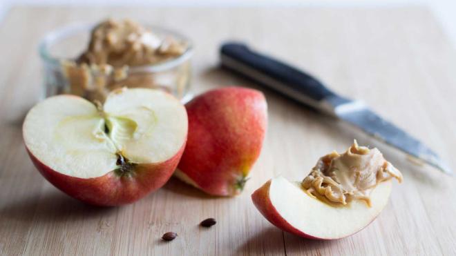 Obst essen gesund abnehmen rote Äpfel geschnitten gesund schmecken lecker können Sodbrennen verursachen