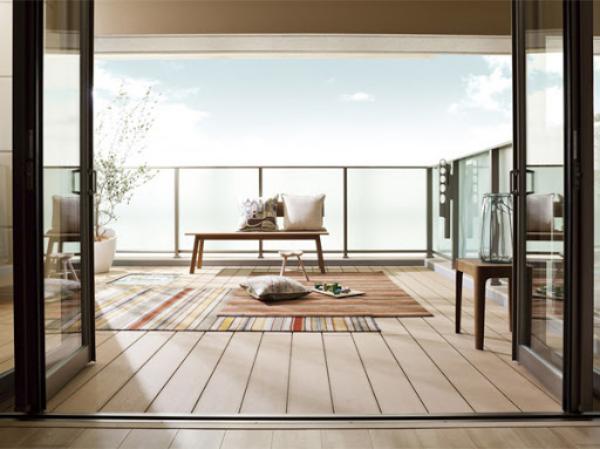 Open-Air-Wohnzimmer Balkon mit einfachen Möbeln Teppiche in eine Relax-Zone verwandeln