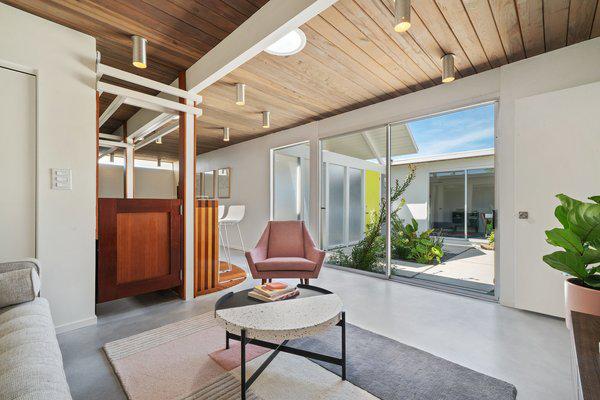 Open-Air-Wohnzimmer Glaswand Übergang zum kleinen Garten Strahler an der Decke