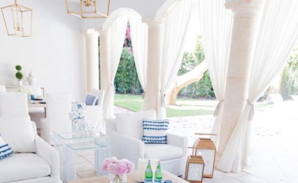 Open-Air-Wohnzimmer Relax-Zone bequeme weiße Möbel leichte weiße Gardinen Sonnenschutz