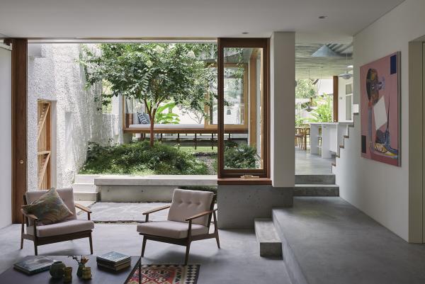 Open-Air-Wohnzimmer Wandgemälde passender Teppich Gemütlichkeit schaffen schöner Blick aufs Gartengrün