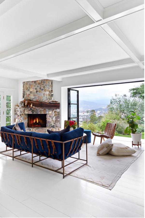 Open-Air-Wohnzimmer deckenhohe Glaswand bequeme Sitzmöbel