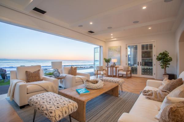 Open-Air-Wohnzimmer eingebaute Deckenbeleuchtung viel Licht tagsüber weiter Blick zum Meer Einrichtung in Sandfarben