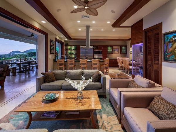 Open-Air-Wohnzimmer großzügiges Raumkonzept eingebaute Deckenbeleuchtung gemütliche Atmosphäre