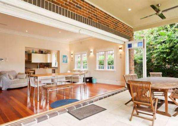 Open-Air-Wohnzimmer schöne Raumgestaltung drinnen und draußen bequeme Möbel ansprechende Raumatmosphäre Relax-Zone