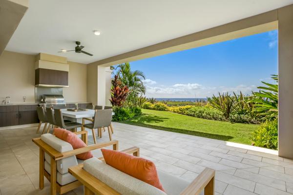 Open-Air-Wohnzimmer schicke Raumgestaltung elegante Küche weiter Blick auf den Hinterhof bis zum Horizont