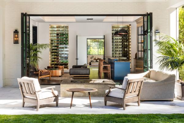 Open-Air-Wohnzimmer schwellenloser Übergang zwischen drinnen und draußen klar definierte Zonen Beleuchtung Wandlaterne