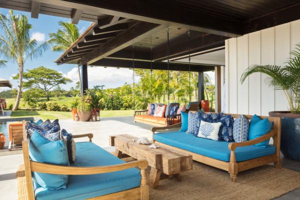 Open-Air-Wohnzimmer unter einer Überdachung der Terrasse viel Komfort bequeme Sitzmöbel großzügiges Raumdesign
