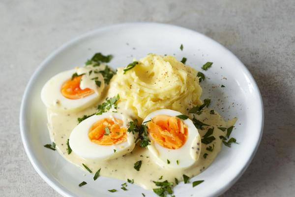 Ostereier verwerten Eier in Senfsauce mit Kartoffelpüree