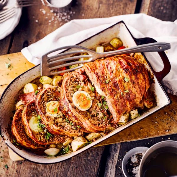 Ostereier verwerten einen falschen Hasen zubereiten gehacktes Fleisch mit Gewürzen mit gekochten Eiern in der Mitte