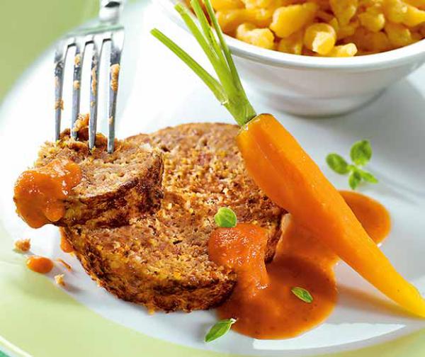 Ostereier verwerten falschen Hasen zubereiten gehacktes Fleisch Eier in der Mitte mit Karotten serviert