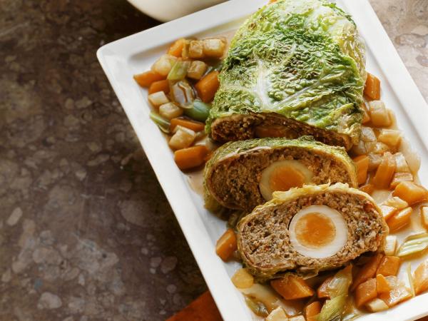 Ostereier verwerten falscher Hase gehacktes Fleisch mit Gewürzen gekochte Eier in der Mitte