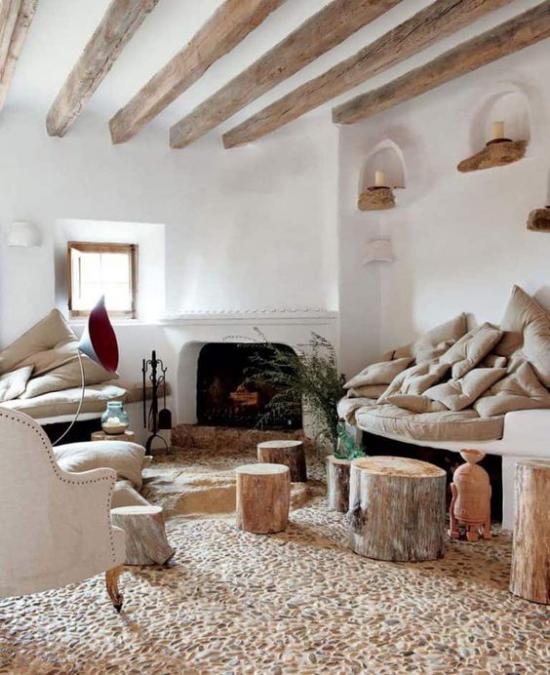 Provence-Stil Natürlichkeit im Interieur Holz Balken Stämme helle Farben viele Kissen
