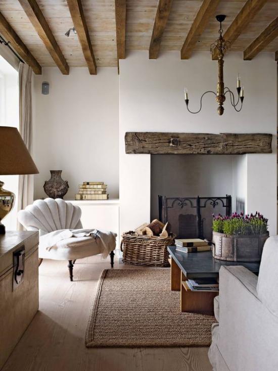 Provence-Stil Natürlichkeit im Interieur großgeschrieben viel Holz Balken Teppich aus natürlichen Fasern Topf mit Lavendel