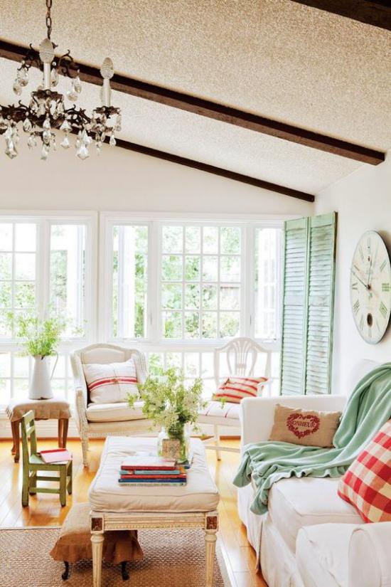 Provence-Stil ansprechendes Wohnzimmer romantisches Flair helle Farben bequeme Möbel kleine Blickfänge in frischem Lindgrün
