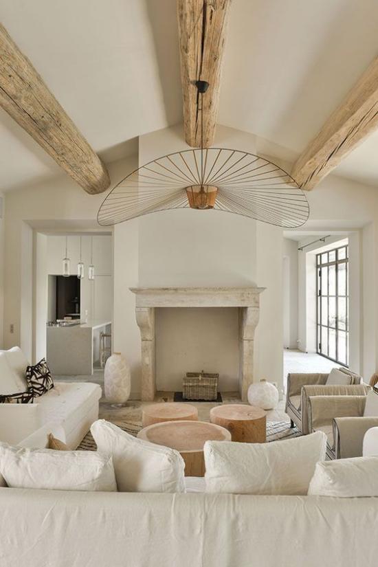 Provence-Stil einladendes Wohnzimmer helles Holz Weiß naturnah wohnen