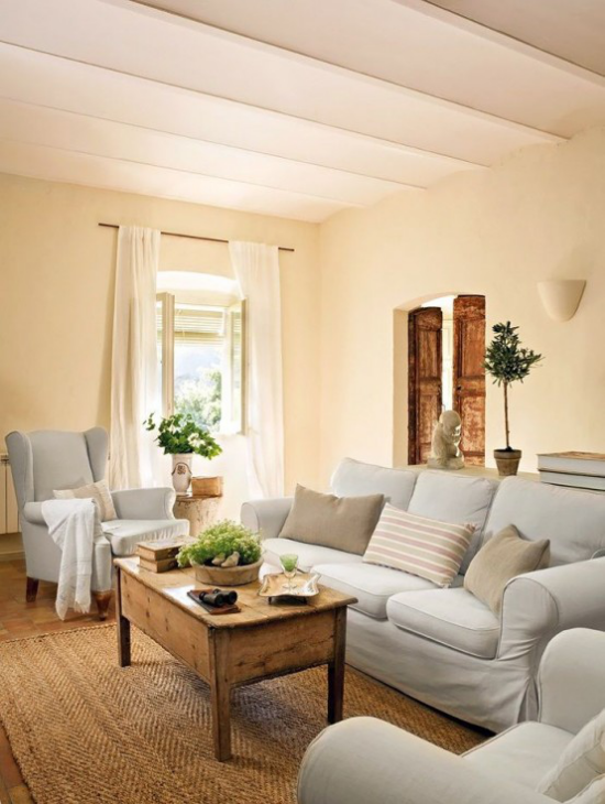 Provence-Stil helle Möbel Sandfarben Teppich in Terrakotta kleine Akzente in Lindgrün