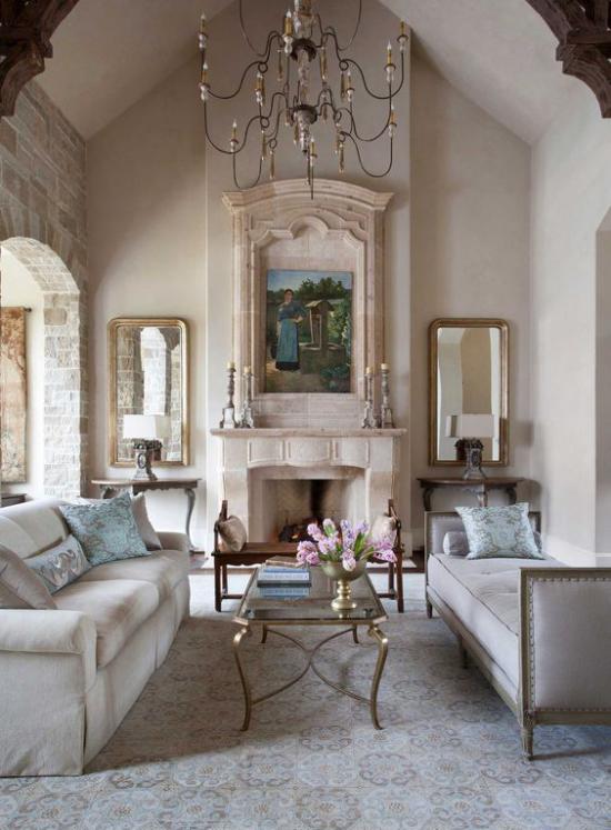 Provence-Stil klassisch eingerichtetes Wohnzimmer klassische Möbel vor dem Kamin sehr elegantes Design