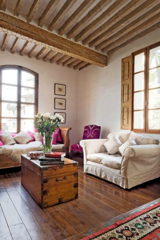 Provence-Stil klassische Möbel gemütliches Raumdesign Holztruhe als Tisch Vase mit Blumen sehr ansprechendes Ambiente Akzente in Weinrot
