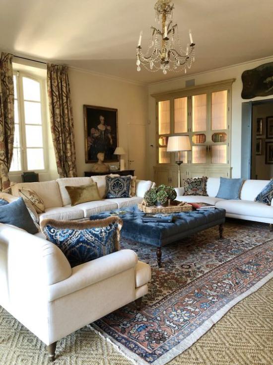 Provence-Stil klassisches Wohnzimmer klassische Möbel Azurblau und Weiß in Farbkombination