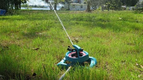 Rasenpflege im Frühjahr Tipps Gartenschlauch Rasen bewässern