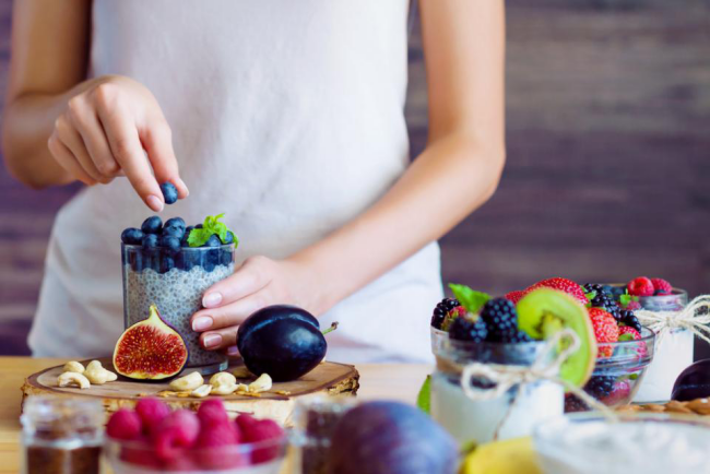 Regel viel frisches Obst Magerjoghurt gesund essen abnehmen Feigen Blaubeeren Kiwi Himbeeren Chia Samen
