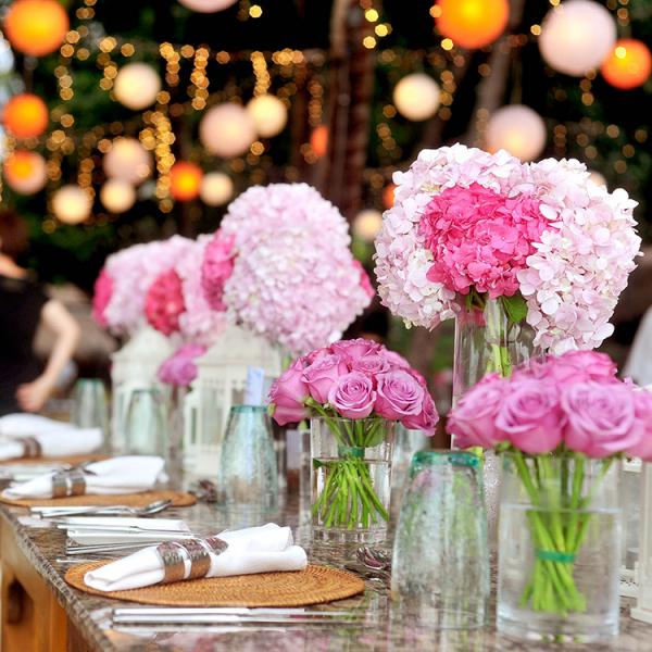 Rosa Hortensien Tischdeko rosa Rosen und Hortensien in Vasen arrangiert in der Mitte des Tisches bei Hochzeitsfeier