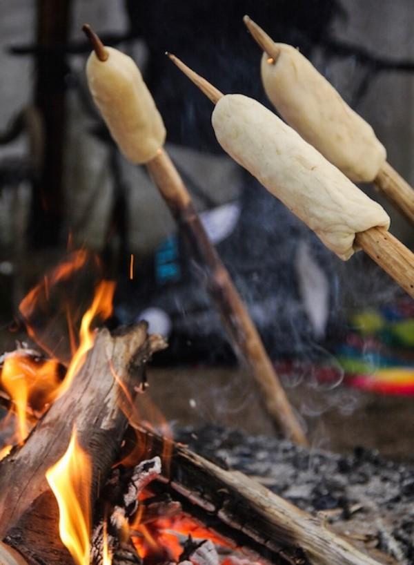 Stockbrot Rezept Ideen perfekt für ein Lagerfeuer brot am feuer grillen