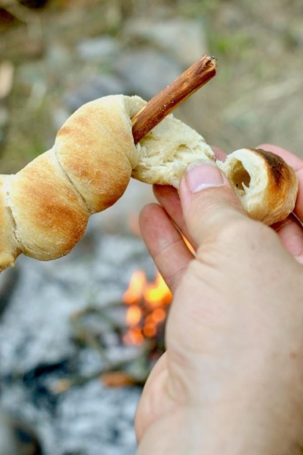 Stockbrot Rezept Ideen perfekt für ein Lagerfeuer brot vom stock reißen