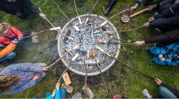 Stockbrot Rezept Ideen perfekt für ein Lagerfeuer familie beim grillen brot