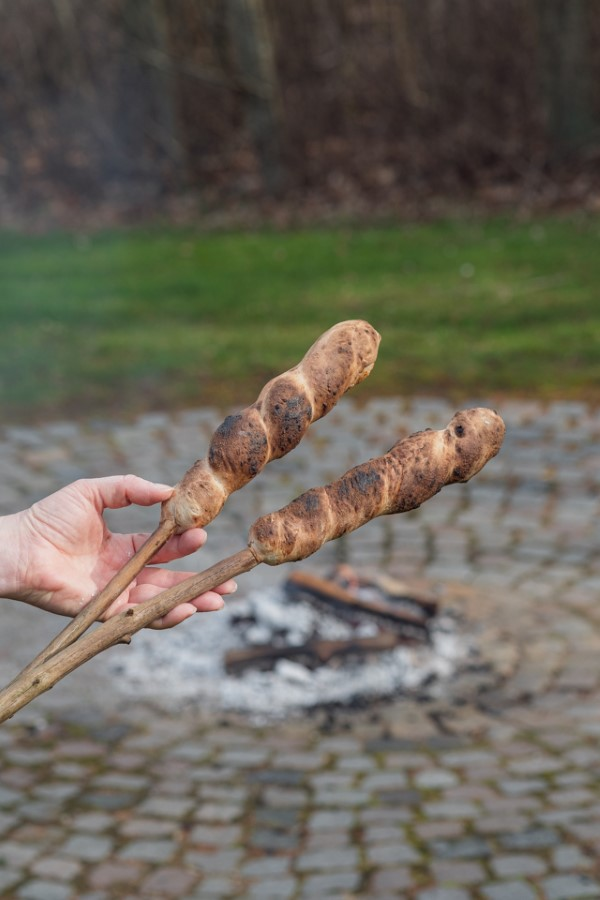 Stockbrot Rezept Ideen perfekt für ein Lagerfeuer geröstetes brot am feuer