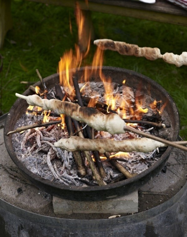 Stockbrot Rezept Ideen perfekt für ein Lagerfeuer grillen brot feuerschale