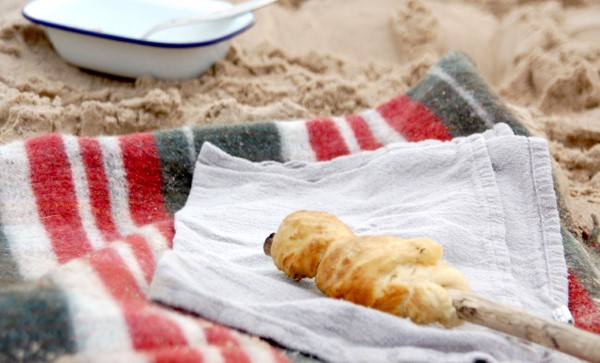Stockbrot Rezept Ideen perfekt für ein Lagerfeuer picknick am strand